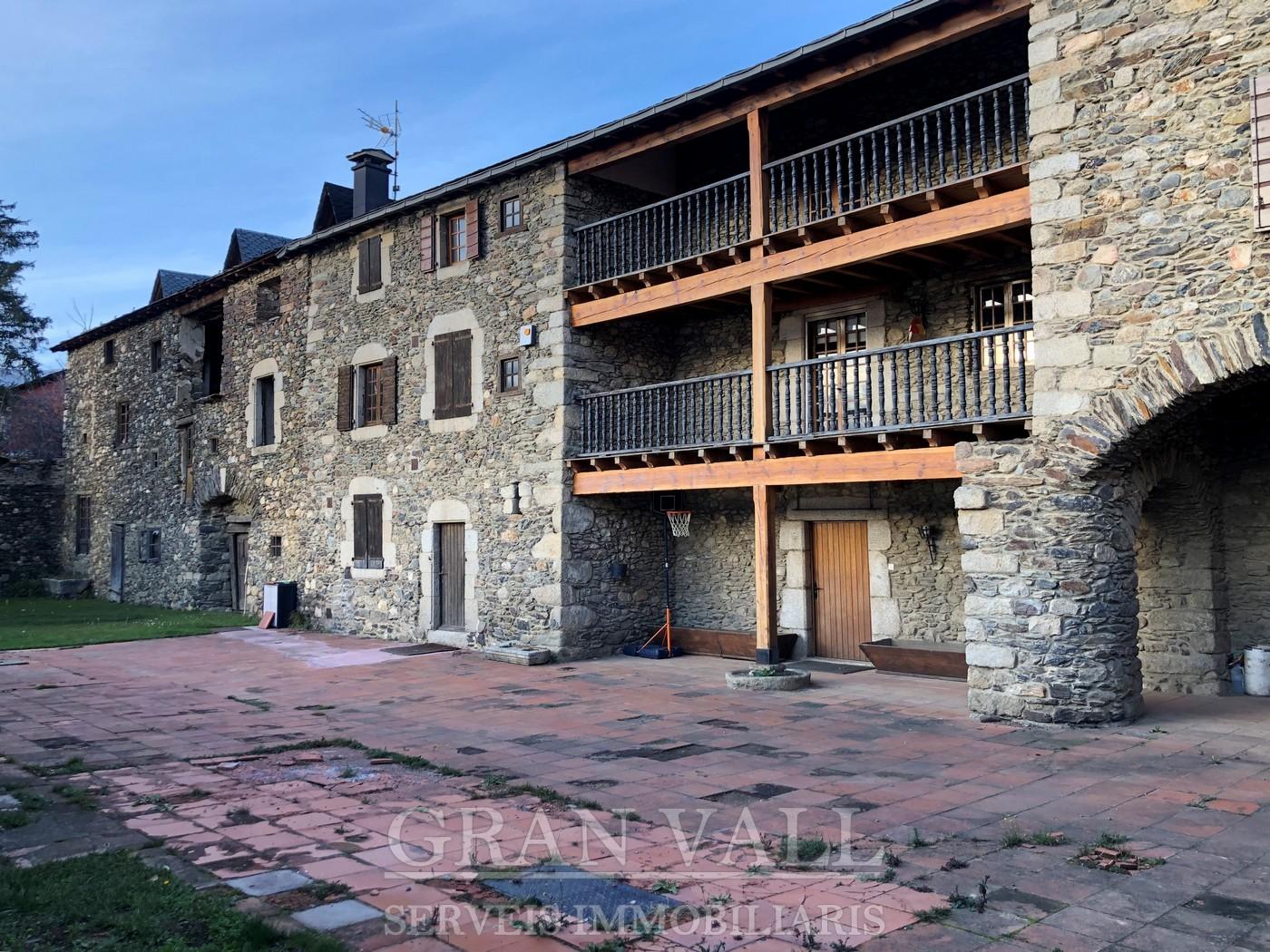 Gran masia al centre de la vila de Llívia